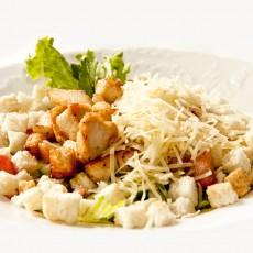 Cezario salotos su karšta vištiena Trakų Vokėje